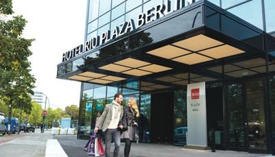 """<p>Ontdek deze bruisende stad vanuit het Hotel Riu Plaza Berlin. Je kent RIU misschien al van hun strandresorts, maar ook op het vlak van stadshotels moeten ze niet onderdoen. Dit moderne hotel heeft alles wat je nodig hebt, waaronder een uitstekend en superuitgebreid ontbijtbuffet, een heel grote (gratis)&nbsp;fitness die 24/24 open is, en erg stijlvolle, verzorgde kamers. Dit hotel werd trouwens door de reisagenten van Selectair uitgetest begin oktober 2017, lees hier <a href=""""/nl-be/inspiratie/6-redenen-om-hotel-riu-plaza-berlin-te-kiezen"""">onze bevindingen</a>.</p>"""