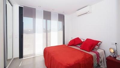 <p><b>De kamers:</b></p>  <ul> <li> <p>Een kamer met tweepersoonsbed (150 cm, lengte 200 cm), wastafel, douche, airconditioning en heteluchtverwarming. Uitgang naar het balkon.</p> </li> <li> <p>Een kamer met een 2-pers bed (150 cm, lengte 200 cm), wastafel, douche en heteluchtverwarming. Uitgang naar het balkon.</p> </li> <li> <p>Een kamer met een 2-pers bed (140 cm, lengte 200 cm), wastafel, douche en heteluchtverwarming.</p> </li> <li> <p>Een kinderkamer met 2 x 2 stapelbedden (90 cm, lengte 200 cm), wastafel, douche en heteluchtverwarming.</p> </li> </ul>