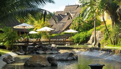 """<div style=""""text-align: justify;"""">Hotel&nbsp;Canonnier Beachcomber Golf Resort &amp; Spa&nbsp;werd in 2017 gerenoveerd. Het&nbsp;ligt&nbsp;op een&nbsp;schiereiland, omgeven door 2 stranden en&nbsp;ten noorden van Grand Baie. In dit charmante&nbsp;resort zijn elementen uit het verleden, koloniale gebouwen, een oude vuurtoren en vestigingen, op een natuurlijke wijze geïntegreerd in het tropische park. Er zijn tal van&nbsp;ontspanningsmogelijkheden&nbsp;met, in optie, een complete all-in&nbsp;formule uitwisselbaar met&nbsp;hotel Mauricia Beachcomber Resort &amp; Spa. De spa bevindt er&nbsp;zich in een eeuwenoude Banyan Tree en de hotelgasten hebben er een bevoorrechte toegang tot de nieuwe golfclub&nbsp;&lsquo;Mont Choisy le golf&rsquo;,&nbsp;op 700 meter van het hotel. Dit&nbsp;is de enige golfclub in het noorden van het eiland.</div>"""