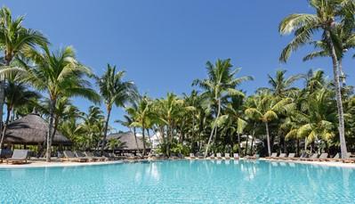 """<div style=""""text-align: justify;"""">De Beachcomber groep telt 8 Resorts op Mauritius, elk met een uniek karakter:van het intieme enmeest luxueuze resort op Mauritius, Royal Palm Beachcomber Luxury, tot gemoedelijke familieresorts zoals Canonnier Beachcomber Golf Resort & Spa. De resorts worden ook regelmatig vernieuwd, met nieuwe concepten: zo werd in hotel Victoria Beachcomber Resort & Spa naast het familiethema een aparte vleugel toegevoegd, exclusief voor volwassenen: <strong>Victoria For 2</strong>, met barefoot concept en 40 kamers waaronder ook swim-up kamers met een open zicht op een privéstrand en een zwembad van 800 m².</div>"""