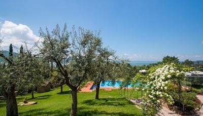 <p><b>Omgeving:</b><br /> Rustige, zonnige ligging<br /> 300 m van het meer.<br /> Parkeerplaats op het terrein.<br /> Levensmiddelenwinkel 1.5 km, supermarkt 3 km, restaurant 200 m, kiezelstrand 300 m, meer Trasimeno 300 m. Attracties in de buurt: Passignano sul Trasimeno 15 km, Perugia 25 km, Cortona 35 km. Let op: de eigenaar woont op hetzelfde terrein. Het zwembad wordt zo nu en dan gebruikt door de eigenaar.</p>