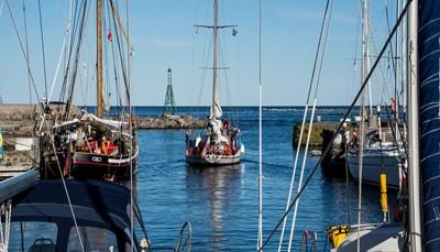 Bornholm ligt midden in de Oostzee, dicht bij de kust van Zweden. Met de auto is het eiland dan ook het snelst te bereiken via de Zweedse kust. Hier neem je dan een veerboot. Vanuit Kopenhagen zijn er ook directe vluchten naar Rønne, de hoofdstad van Bornholm. Vraag je reisagent om meer informatie in verband met jouw afreisdata.
