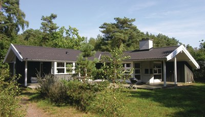Dit houten huis is gebouwd volgens Scandinavisch design. Met een open plan is het huis licht en modern. Ook de open keuken is voorzien van alle faciliteiten. Eet je liever buiten? Dan kan je op het terras gebruikmaken van de barbecue. Het huis ligt op een open natuurperceel. Het dichtstbijzijnde stadje, Pedersker, ligt op 3 kilometer
