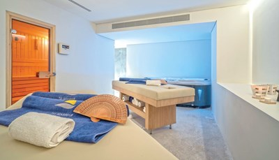 """<div style=""""text-align: justify;"""">Aan een van de twee zoetwaterzwembaden is het heerlijk ontspannen op de gratis ligzetels met handdoekenservice. Zoek je liever de volle zon op? Dan kan je terecht op het zonneterras, het strand of de tuin. Sportievelingen kunnen zich in de fitness wagen, om daarna de spieren volledig te ontspannen in de sauna of het stoombad. Wie wil kan ook deelnemen aan een van de yogasessies. In de spa kom je tot rust met een massage of andere behandeling (niet inbegrepen).</div>"""