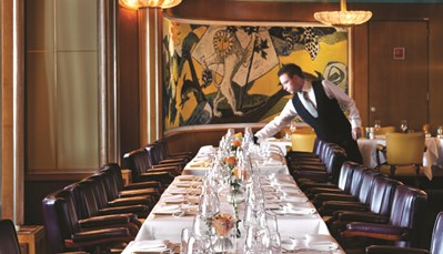 """<div style=""""text-align: justify;"""">Je ontbijt wordt geserveerd in het Lido Grillrestaurant, gesitueerd op het Promenade Deck. Chef-kok Raymon Rademaker en zijn keukenbrigade staan ook voor je klaar voor lunch en diner. Een kopje koffie met een lekker gebak kan je hier ook steeds smaken. De Club Room is de culinaire huiskamer van de SS Rotterdam. Hier geniet je in een ontspannen ambiance van verfijnde gerechten. Chef-kok Pascal Troost en maître-sommelier Alfred van der Toolen staan elke avond klaar om je een onvergetelijke avond te bezorgen.</div>"""