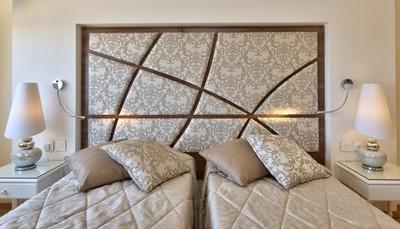 """<div style=""""text-align: justify;"""">Het 3 sterren Osborne hotel is een gezellig en charmant stadshotel. Je verblijft op een felbegeerde locatie binnen de stadsmuren van Valletta. De 63 hotelkamers werden recent opgefrist en zijn voorzien van hedendaags meubilair. Ze zijn uitgerust met douche en wc, gastenartikelen, haardroger, telefoon, televisie, gratis WiFi, kluisje, koffie- en theefaciliteiten, airconditioning, houten vloeren. Naast verzorgde kamers en een restaurant vind je in het hotel ook een panoramisch dakzwembad. Ideaal om stad en ontspanning te combineren. Een prima hotel om de Culturele Hoofdstad van Europa 2018 van dichtbij te ontdekken.</div>"""