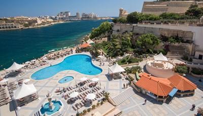 """<div style=""""text-align: justify;"""">Het Grand Hotel Excelsior lokt met een magistraal uitzicht op het immer charmante Valletta. Dit hotel heeft het allemaal: 3 gereputeerde toprestaurants, thematische cocktailbars, de bekroonde wellness &lsquo;Le Grand Spa&rsquo;, het enige privéstrand van Valletta en zelfs een eigen Marina. De definitie van luxe wordt in de kamers comfortabel vertaald naar een harmonieuze mix van klassieke Maltese toetsen en hedendaags design. Een chic verwenadres op betoverend Malta om weg te dromen in de gloed van de ondergaande zon.</div>"""
