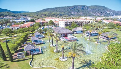 """<div style=""""text-align: justify;"""">Het resort wordt omgeven door olijf- en pijnbomen en ligt direct aan het brede en lange zandstrand van Sarigerme. Het historische centrum ligt iets verder, op 2 km van het hotel. Er vertrekken dagelijks verschillende shuttlebusjes naar Sarigerme. Het Family Life Tropical Resort ligt slechts op 15 km van de luchthaven, dus je vakantie begint vrijwel meteen na je landing!</div>"""