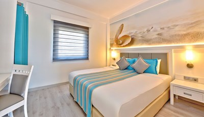 """<div style=""""text-align: justify;"""">Het resort telt zo&rsquo;n 500 kamers, die allemaal zijn uitgerust met een tegelvloer/laminaatvloer, airco (centraal geregeld), telefoon, tv, gratis WiFi, kluisje, minibar, koffie en thee-faciliteiten, balkon of terras met zitje en een badkamer met douche en/of bad, toilet en föhn. Heb je graag een babybedje, dan geef je dit best meteen bij je boeking aan.</div>"""