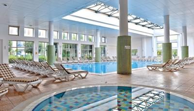 """<div style=""""text-align: justify;"""">Sportievelingen kunnen hun hart ophalen bij Family Life Tropical Resort! De zwemmers kunnen genieten van drie zwembaden, waarvan een met 2 glijbanen en een overdekt. Kinderen kunnen 'splashen' in een van hun eigen 3 kinderbaden, waarvan eentje met drie glijbanen. Aan alle zwembaden en het strand zijn gratis ligzetels en parasols beschikbaar. Verder zijn er nog o.a. beachvolleybal, minivoetbal, tennis en biljart. Overdag staat ook het animatieteam paraat met diverse activiteiten. In de spa vind je ontspanning in het Turks bad, de sauna, stoombad en het fitnesscentrum. Het fitnesscentrum is toegankelijk voor iedereen vanaf 16 jaar.</div>"""