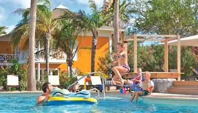 """<div style=""""text-align: justify;"""">Het Chogogo Dive &amp; Beach resort is vernoemd naar de beroemde Caraïbische Flamingo en bestaat uit gezellige viersterren bungalows, appartementen en studio&rsquo;s in kleurige Caraïbische stijl. Het resort ligt in een tropische tuin, op wandelafstand van het gezellige Jan Thiel strand met verschillende restaurants en winkels. Het resort werkt ook samen met duikcentrum Scuba Do. Altijd al eens duikje willen wagen? Het Jan Thiel strand is de perfecte duiklocatie voor beginnende duikers.</div>"""