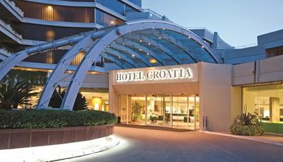 """<div style=""""text-align: justify;"""">Hotel Croatia is een modern hotel met twee rustige privéstranden. Wandel via de promenade langs de kust tot aan het charmante stadscentrum van Cavtat met zijn haventje en terrasjes. Het hotel biedt alle comfort, een vriendelijke service en een gevarieerde en lekkere keuken. Vanaf sommige terrassen is ook de wereldberoemde middeleeuwse stad Dubrovnik zichtbaar. Opgelet, de stranden zijn enkel bereikbaar via trappen.</div>"""