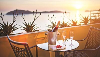 """<div style=""""text-align: justify;"""">Het hotel ligt vlak aan de zee, en biedt dan ook prachtige uitzichten vanuit haar kamers. Op een steenworp van hotel Croatia ligt het pittoreske stadje Cavtat (300 meter). Het centrum van Dubrovnik ligt op 20 km van het hotel en is makkelijk bereikbaar met de auto of per boot. De internationale luchthaven van Dubrovnik is slechts 6 km verwijderd van het hotel, dus je vakantie begint meteen na de landing.</div>"""