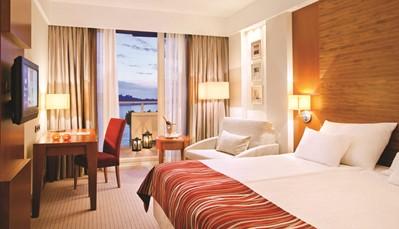 """<div style=""""text-align: justify;"""">Je komt volledig tot rust in een van de 487 moderne, gerenoveerde kamers. Deze liggen in een aparte vleugel van het hotel, zodat je van een goede nachtrust kan genieten. Elke kamer is uitgerust met een en-suite met regendouche en bad, haardroger, luxueus tapijt, airco, telefoon, gratis wifi, satelliet-tv, minibar (betalend), koffie- en theefaciliteiten en een safe. Alle kamers hebben een balkon dat uitkijkt over de zee of een van de tuinen.</div>"""