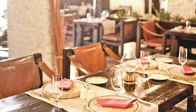 """<div style=""""text-align: justify;"""">Het hoofdrestaurant biedt steeds maaltijden in buffetvorm. Verder kan je 1 keer per week genieten van een speciaal avondmaal met lokale gerechten. Vleesliefhebbers kunnen terecht in het steakhouse. Je kan ook de zonsondergang bewonderen in het restaurant aan zee. Overdag kan je bij de snackbar aan het zwembad de kleine honger stillen. In juli en augustus wordt er elke avond livemuziek gespeeld in de pianobar.</div>"""