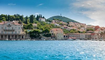 """<div style=""""text-align: justify;"""">Gelegen aan de Adriatische zee, is Kroatië een smeltkroes van prachtige natuurgebieden en verschillende culturen. Aan de kust vind je heerlijk helder en schoon zeewater met romantische stranden, terwijl de typisch Kroatische dorpjes zich kenmerken door de kleurige huisjes en invloeden van de Balkan. Bovendien is de regio rond Dubrovnik gekend voor haar uitstekende wijnen. De perfecte plek dus, voor strandliefhebbers met een hart voor cultuur.</div>"""