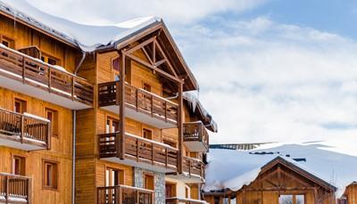 <p><b>De residentie</b><br /> Deze residentie heeft 115 appartementen verspreid over vier verdiepingen (met lift), is in de traditionele stijl van de Savoie gebouwd, en bestaat uit drie gebouwen waarvan de appartementen volledig uitgerust zijn met kwaliteitsvolle voorzieningen. De residentie ligt aan de rand van de pistes, op 100 m van het centrum van het skioord.</p>