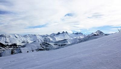 <p><b>De streek</b><br /> Savoie-Mont-Blanc (Savoie en Haute-Savoie) bestaat uit meer dan 110 skioorden en 18 skigebieden, waarvan les 3 Vallées, les Portes du Soleil, l'Espace Killy, Paradiski en l'Espace Diamant het best gekend zijn. Op enkele minuten kun je van het ene gebied naar het andere gaan, van een skioord naar een hoger gelegen skioord, van een vallei naar een top, en dat zonder ooit op je stappen te moeten terugkeren.</p>