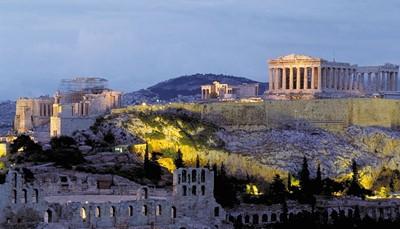 """<p><span style=""""color:#FF0000;""""><strong>2. Alles ligt vlak bij elkaar.</strong></span><br /> Alle historische monumenten liggen op een relatief kleine afstand van elkaar: de Akropolis met het Parthenon, het Nationaal Archeologisch Museum, de gezellige wijken Plaka en Monastiraki, het Parlement en het Syntagma plein, de tempel van de Olympische Zeus. Een groot deel van het historische centrum van de stad is omgezet in een enorm voetgangersgebied, dus je kunt te voet op verkenning gaan. Of neem het openbaar vervoer, dat prima georganiseerd is.</p>"""