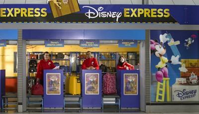 """<span style=""""color:#FF0000;""""><strong>1. Laat je bagage achter in het station.</strong></span><br /> <br /> Wie met de trein of TGV komt en blijft overnachten, moet eerst zijn bagage naar het hotel zien te krijgen.Bespaar jezelf heel wat tijd en moeite, en boek op voorhand de Disney Express Bagageservice. <strong>Dan mag je je koffers afgeven in het treinstation en worden ze voor jou naar het hotel gebracht</strong>. Jij ontvangt onmiddellijk de toegangstickets en kan rechtstreeks de magie van de parken ontdekken. Tijdsbesparing: check!<br /> &nbsp;"""