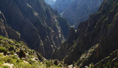 """<strong>Hoeveel Nationale Parken zijn er eigenlijk?</strong><br /> Het zijn er veel meer dan je denkt. Grand Canyon, Yosemite en Yellowstone ken je ongetwijfeld, maar heb je ooit al gehoord van het Painted Cave National Park (de """"geverfde grot""""), de Black Canyon of het Dinosaur National Monument? Er zijn in totaal maar liefst 413 Nationale Parken, waarvan er 59 officieel de term """"Nationaal Park"""" in hun naam hebben staan. Je denkt daarbij waarschijnlijk heel letterlijk aan parken, maar ook monumenten als het Witte Huis en het Vrijheidsbeeld worden beschermd door het Nationale Parken systeem.<br />"""