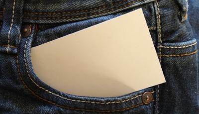 <strong>Een visitekaartje ontvangen</strong><br /> Overhandigt je zakenrelatie zijn kaartje? Neem het dan respectvol en met beide handen aan, alsof het een waardevol geschenk is. Stop het voorzichtig in een kaartenhouder (niét in je portefeuille). Laat het zeker niet liggen, want een kaartje vergeten mee te nemen is het negeren van iemands bestaan. Het in je achterzak steken en er vervolgens op gaan zitten? Tja, dat is dus zowat het ergste dat je kunt doen. Maar dat had je al door.<br /> &nbsp;