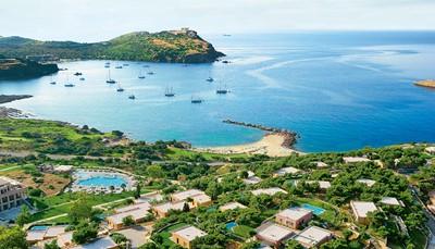 """<p><span style=""""color:#FF0000;""""><strong>3. Prima combineerbaar met een strandvakantie</strong></span><br /> Athene is de ideale stedentrip om te combineren met een strandvakantie. De kuststrook van Piraeus naar Sounion wordt ook de Apollokust genoemd.&nbsp; In dit gedeelte zijn er veel stranden en badplaatsen, zoals Glyfada, Vouliagmeni en Anavysos.&nbsp; Hier logeert je aan zee en kun je toch van daaruit de stad Athene bezoeken. Wij weten de beste hotels met een perfecte ligging. Vraag ons ernaar!</p>"""