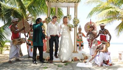 """<span style=""""color:#FF0000;""""><strong>Trouwen in het buitenland</strong></span><br /> Trouwen op een Frans kasteeldomein of onder de palmbomen: wie droomt er niet van? En tegenwoordig maken heel wat mensen die droom ook waar. Plan het intiem met zijn tweetjes, nodig alleen familie uit, of vier met al je vrienden. En kies voor een wettelijk huwelijk, een kerkelijke trouw of een eigen ceremonie. Wij zeggen met veel plezier 'ja' tegen al je wensen. Tip: wil je voor de wet trouwen in het buitenland? Vraag ons dan vooraf of zo'n huwelijk op je droomlocatie ook geldig is in België.<br />"""
