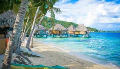 """<span style=""""color:#FF0000;""""><strong>Waar is het mooi weer in onze zomer?</strong></span><br /> Azië is interessant in onze zomer. Bepaalde delen van Thailand en Sri Lanka ontsnappen namelijk grotendeels aan het regenseizoen, en in Indonesië en Bali heb je zelfs helemaal geen last van het regenseizoen, want dat valt daar pas later op het jaar. Graag helemaal regenvrij? Dan zijn de Canarische eilanden, Griekenland en Egypte een goede keuze. Of waarom niet eens naar Miami, USA? Ook de Seychellen en Frans-Polynesië hebben hun droge maanden in onze zomer.<br />"""