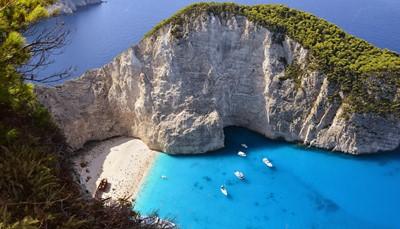 """<span style=""""color:#FF0000;""""><strong>Hoe lang wil je vliegen?</strong></span><br /> Zit je niet graag in een vliegtuig? Dan hoef je geen volledige oceanen over te steken. De stranden vanGriekenland, Kroatië, Italië en Spanjeliggen allemaal op minder dan 4 uur vliegen. Grote brede zandstranden vind je aan de Olympische Rivièra (Griekenland), idyllische kleine baaitjes zijn dan weer eerder in Malta en Kroatië te vinden. Mag het wat verder? Begin dan maar te dromen van de eilanden in de Indische Oceaan (ongeveer 12 uur vliegen).De meest fervente globetrotters (of vliegfanaten) raden we Frans-Polynesië of Hawaï aan. Meer dan 20 uur in het vliegtuig, maar ook een 20/20-score voor droomstranden.<br />"""