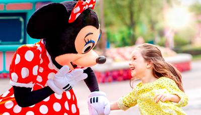 """<span style=""""color:#FF0000;""""><strong>5. Benut de Extra Magic Time</strong></span><br /> <br /> Verblijf je in een Disney Hotel? Dan kun je genieten van de Extra Magic Time. Concreet betekent het dat bepaalde delen van de Disneyland&reg; Parken (dus het Disneyland<sup>&reg;</sup> Park én het Walt Disney Studios&reg; Park) al<strong> een uur&nbsp;voor de officiële openingstijd</strong> openen. Op die momenten zijn de wachtrijen uiteraard veel korter, en zijn de Disney figuren ook al aanwezig.<br /> <br /> <style type=""""text/css"""">.dsf-loading .icon span {     visibility: hidden; }  .dsf-loading .icon .mobileNav, .dsf-loading .icon .title {     visibility: visible; }  .dsf-loading .icon .mobileNav {     color: transparent;     border: 1px solid #777;     }  .dsf-loading .adaptiveNavigationBar .primary .arrow, .dsf-loading .adaptiveNavigationBar .primary .fontFace, .dsf-loading .adaptiveNavigationBar #cart .fontFace, .dsf-loading .adaptiveNavigationBar .menuToggle.open .arrow, .dsf-loading .adaptiveNavigationBar .icon-signinsignout {     color: transparent;     opacity: 0; } </style> <style type=""""text/css"""">.mboxDefault { visibility:hidden; } </style> <style type=""""text/css"""">#tc_privacy_container_text{width:100%;display:inline-block;vertical-align:middle;}@media(min-width: 768px) and (max-width: 979px){}@media(max-width: 767px)   {} </style> <style type=""""text/css"""">.dmi-modalDataCollect #modalTmpContent{margin:0;padding:0 20px}.dmi-modalDataCollect .ui-dialog-title{display:none}#dmi-modalDataCollect{padding:36px 0 36px 0;text-align: center}#dmi-modalDataCollect .dmi-alien{max-width:150px;vertical-align:middle;margin-right:15px;display:inline-block}#dmi-modalDataCollect .dmi-modal-text{width:372px;max-width:100%;font-family:Avenir;color:#253B56;vertical-align:middle;display:inline-block;text-align: left}#dmi-modalDataCollect .dmi-modal-text h3{font-size:32px;font-weight:300;line-height:38px;margin:0 0 26px}#dmi-modalDataCollect .dmi-modal-text p{font-size:14px;font-weight:400"""