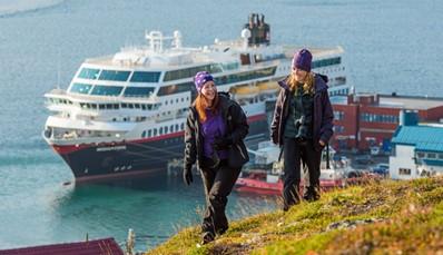 """<p><span style=""""color:#FF0000;""""><strong>Wat is de Hurtigruten postboot?</strong></span><br /> De Hurtigruten is een unieke zeereis met een lange geschiedenis. Het doel was, en is nog steeds, het vervoer van post, vracht en passagiers naar afgelegen kustplaatsen in het noorden van Noorwegen. Elke dag van de week, het hele jaar door, vertrekt er een Hurtigruten-postboot vanuit Bergen in het zuiden naar het meest noordelijke punt van Noorwegen, Kirkenes. Een 'Hurtigruten-cruise' biedt dus wat minder luxe en georganiseerd entertainment dan een cruise op de Middellandse Zee, maar meer avontuur en authenticiteit</p>"""