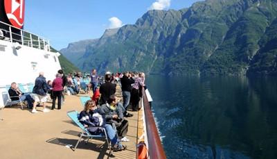 """<p><span style=""""color:#FF0000;""""><strong>Hoe zien de Hurtigruten postboten eruit?</strong></span><br /> Alle schepen zijn verschillend en hebben een eigen charme:<strong> van de oorspronkelijke nostalgische aankleding tot een moderne inrichting in art-decostijl</strong>. En elk schip heeft een restaurant, een cafetaria en een bar waar je geregeld naar livemuziek kunt luisteren. Net als op een cruiseschip eet en overnacht je op de boot. Maar deze schepen <strong>vervoeren ook vracht</strong>. Ze stoppen in elke haven om te lossen en te laden. Zo krijg je een unieke inkijk in het Noorse leven.</p>"""