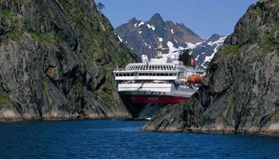"""<span style=""""color:#FF0000;""""><strong>Hoe is het leven aan boord?</strong></span><br /> Elk schip is anders, maar de sfeer is op elke boot informeel, zonder kledingvoorschriften. Je kijkt voortdurend uit op <b>de</b> <b>zee, met sneeuw bedekte bergtoppen en Noorse fjorden</b>. Onderweg houden de Hurtigruten-boten halt in allerlei steden. Zo kun je een kijkje nemen in de Jugendstil-stad Ålesund, de rozenstad Molde en de voormalige hoofdstad Trondheim. Wil je nog meer van de omgeving zien? Dan boek je extra excursies."""
