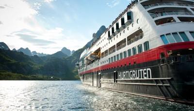 """<span style=""""color:#FF0000;""""><strong>Wat is de beste reistijd voor de Hurtigruten-zeereis?</strong></span><br /> Deze zeereis kun je het hele jaar door maken, maar ziet er <strong>elk seizoen helemaal anders</strong> uit. In de lente kijk je naar bloeiende boomgaarden en besneeuwde bergtoppen. In de zomer krijg je prachtige bloemenweides en een zon die bijna niet ondergaat. De herfst biedt een wild nazomerschouwspel en in de winter vaar je door een verstilde wereld van sneeuw en ijs."""