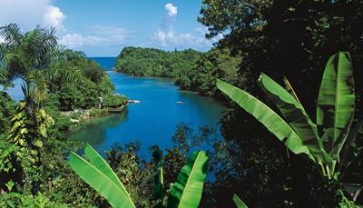 """<p><span style=""""color:#FF0000;""""><b>5.</b></span><b><span style=""""color:#FF0000;"""">Jouer les stars de cinéma au Blue Lagoon</span></b><br /> Avec ses eaux couleur turquoise, le 'Lagon Bleu' – le Blue Lagoon, célèbre pour les films qui y a été tourné – est un endroit romantique à souhait. C'est assurément l'un des hauts lieux touristiques de Port Antonio. Sa profondeur est d'environ 55 mètres. Elle doit ses intenses couleurs bleue et verte à la rencontre des eaux chaudes de la mer et des eaux froides des rivières souterraines qui viennent s'y jeter. L'excursion en bateau ou en radeau le long des Blue Lagoon Villas est un véritable enchantement.</p> <br />"""