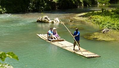 """<span style=""""color:#FF0000;""""><strong>1.&nbsp;Maak een romantische tocht per bamboevlot</strong></span><br /> Een ideaal uitje om te doen op je huwelijksreis: Het lijkt wel de Jamaicaanse versie van een Venetiaanse gondel. Je privéchauffeur (de &ldquo;raft captain&rdquo;) navigeert jouw tweepersoonsvlot van bamboe over de Rio Grande of Martha Brae rivier. Kom helemaal tot rust tijdens deze romantische bamboevlottocht door de tropische omgeving terwijl je geniet van een Red Stripe (Jamaicaans bier) of een kokosnoot."""