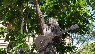 """<span style=""""color:#FF0000;""""><strong>4. Bezoek het Bob Marley Museum</strong></span><br /> In Kingston is een museum gewijd aan 'de legende van de reggae', Bob Marley. Het museum is gebouwd op de plek waar Bob Marley gewoond heeft tot zijn dood in 1981. Zes jaar na zijn overlijden heeft zijn vrouw, Rita Marley, het huis omgevormd tot een museum. Je vindt er naast allerlei persoonlijke spullen ook een fotogalerij, een filmzaal, een gift shop waar je T-shirts, posters en CDs kunt kopen. Een must voor de echte reggae fans. Je krijgt uitleg van een gids tijdens een rondleiding van iets meer dan een uur."""