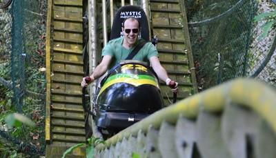 """<span style=""""color:#FF0000;""""><strong>7. Maak een rit in een Jamaicaanse bobslee op Mystic Mountain</strong></span><br /> Mystic Mountain is een avonturenpark dat is opgericht voor toerisme, maar ook om het respect voor het behoud van de natuur te promoten. Je kunt er allerlei activiteiten doen: in een bobslee achtbaan door de groene heuvels zoeven, een zip-line tocht door de heuvels maken, een skilift nemen om rustig te genieten van spectaculaire vergezichten of een bezoek brengen aan de """"Hummingbird garden"""", een tuin waar je de kolibries kunt observeren in hun natuurlijke habitat. Daarna koel je lekker af in de infinity pool."""