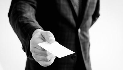 <strong>Het ritueel van het visitekaartje</strong><br /> In Japan wordt een visitekaartje beschouwd als een verpersoonlijking van jezelf. Het uitwisselen van business cards is een diepgeworteld ritueel. Elke vorm van bekladden, verfrommelen, plooien of achteloos behandelen staat gelijk aan een slag in het gezicht.<br />