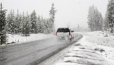 """<span style=""""color:#FF0000;""""><strong>Wintersport-tip 1: veilig op skivakantie met de auto</strong></span><br /> Ga je met de <strong>auto op skivakantie</strong>? Check dan zeker de <a href=""""https://www.touring.be/nl/artikels/wetgeving-winteruitrusting-europa"""">lokale wetgeving over winteruitrusting</a>. Net als de <a href=""""https://www.touring.be/nl/page/tol-en-vignetten"""">informatie over tolwegen en vignetten</a>. Zo haal je winterbanden in huis voor ze uitverkocht zijn. En hoef je niet aan te schuiven als je plots op een tolweg belandt.<br /> Net voor je op skivakantie vertrekt, lees je het best nog even na <a href=""""https://www.touring.be/nl/artikels/veilig-rijden-de-winter-bereid-je-auto-goed-voor"""">hoe je je auto voorbereidt op winterse omstandigheden</a> en <a href=""""https://www.touring.be/nl/artikels/de-winter-het-land-vermijd-slippertjes"""">hoe je je rijstijl aanpast om slippertjes te vermijden</a>. Want vaak moet je <strong>slechte weersomstandigheden</strong> trotseren om je bestemming te bereiken.<br /> &nbsp;"""