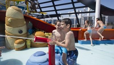 """<div style=""""text-align: justify;""""><span style=""""color:#FF0000;""""><strong>1. Een cruise: een drijvend mini-universum</strong></span><br /> Een cruise heeft voor ieder wat wils. Kinderen leven zich uit in het zwembad of in de gameroom, terwijl volwassenen ontspannen op het zonnedek of in de cocktailbar.Daarnaast is een cruise bijzonder praktisch. Je kroost kan niet verloren lopen. En je hoeft je kinderen niet urenlang in de auto te stoppen om verschillende plaatsen te kunnen bezoeken. Vaarwel, wagenziekte. En tot nooit meer, verveling op de achterbank!</div>"""