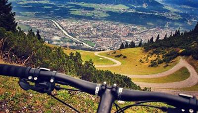 """<span style=""""color:#FF0000;""""><strong>Met de fiets</strong></span><br /> Rondtrekken met de fiets is voor reizigers die graag gulzig leven. Je bezoekt prachtige plaatsen, je werkt aan je conditie én je krijgt een kleurtje. Bovendien volgt na de inspanning telkens de ontspanning met een lokaal gerecht of een wijntje uit de streek.Heb je de ochtend nadien stijve benen (of een houten hoofd)? Dan blijf je gewoon een dag langer op dezelfde plek. Plan zelf je fietsvakantie, boek één van onze uitgestippelde reizen, of laat ons weten dat je op zoek bent naar een nieuwe uitdaging op twee wielen. Dan vertellen wij je iets meer over onze fat bike safari in de Afrikaanse woestijn.<br />"""