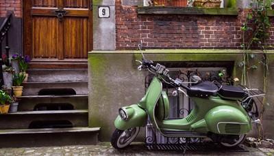 """<span style=""""color:#FF0000;""""><strong>À Vespa</strong></span><br /> Une Vespa n'est pas aussi maniable qu'un vélo, mais vous irez plus vite sans fournir d'efforts. Nous vous entendons déjà d'ici: intéressant pendant l'été? Absolument! Votre permis de conduire auto suffit pour partir à l'assaut des collines verdoyantes de Toscane ou sillonner la superbe route des vins de Ségovie en Espagne.<br /> <br />"""