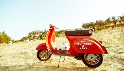 """<span style=""""color:#FF0000;""""><strong>Op de Vespa</strong></span><br /> Een Vespa is net zo wendbaar als een fiets, maar je gaat wat sneller en het kost je geen enkele moeite. Interessant tijdens warme zomermaanden, horen wij je denken? Absoluut! Met je gewone autorijbewijs mag je meteen op verkenning in de glooiende heuvels van Toscane of volg je een prachtige wijnroute in het Spaanse Segovia."""