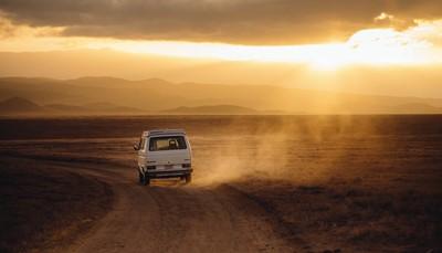 """<div><span style=""""color:#FF0000;""""><strong>En voiture</strong></span></div>  <div style=""""text-align: justify;"""">Montez en voiture chez vous et commencez à rouler. Il s'agit du road trip le plus spontané,avec le confort de votre propre voiture. Une voiture de location présente d'autres avantages. Vous choisissez le type de véhicule en fonction de votre voyage. Et vous ne devez pas vous soucier du contrôle technique, de l'entretien ou des assurances.</div> <br /> <br />"""