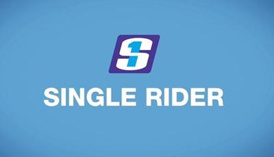 """<span style=""""color:#FF0000;""""><strong>2. Gebruik de Single Rider wachtrij</strong></span><br /> <br /> Aan sommige attracties zie je een aparte wachtrij met een bordje &ldquo;Single Rider&rdquo;. Die rij is bedoeld voor mensen die alleen op een attractie gaan. Zij worden gebruikt om de vrije stoelen op te vullen. <strong>Vind jij het niet erg om niet naast je vrienden of familie te zitten? Gebruik dan deze rij. </strong>Dan zit je extra snel in jouw favoriete attractie!<br /> <br /> &nbsp;"""