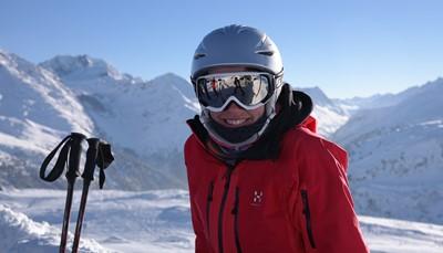 """<span style=""""color:#FF0000;""""><strong>Wintersport-tip 2: bescherm je brein</strong></span><br /> Draag je een helm bij het skiën of snowboarden? Dan heb je volgens <a href=""""http://www.eurosafe.eu.com"""">EuroSafe</a> <strong>60% minder kans om een schedelbreuk op te lopen</strong>. Vooral botsingen met obstakels of andere wintersporters zijn gevaarlijk, omdat we steeds hogere snelheden halen.<br /> Bots je tegen 30 km/uur? Dan is de impact vergelijkbaar met een val van 3,5 meter diep. Maar haalde je 50 km/uur? Dan is de klap vergelijkbaar met een <strong>val van maar liefst 10 meter diep</strong>.<br /> &nbsp;"""