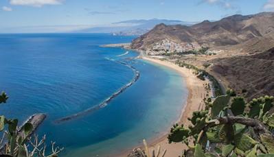 """<strong>Zuid-Tenerife: stranden en gezellige stadjes</strong> <div style=""""text-align: justify;"""">Het zuiden van Tenerife is de meest toeristische regio van het eiland. Van Los Christianos tot aan Playa Paraíso vind je eenvoudige appartementen tot echte luxe vijfsterrenresorts: voor elk wat wils dus. Op de kilometerslange dijk is het aangenaam shoppen in mooie winkels van bekende merken (Armani, Bosch,&hellip;). Ook mensen die graag lokale restaurantjes of terrasjes aandoen zullen hier zeker genieten. Ondanks het toeristische karakter is de bevolking overal even vriendelijk.</div>"""