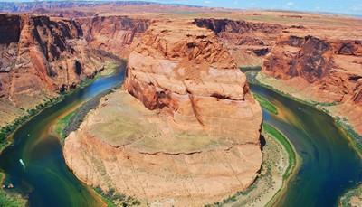 """<span style=""""color:#FF0000;""""><strong>Ruige rotsen</strong></span><br /> Een rots, dat is natuur van de zuiverste graad. Het resultaat van duizenden jaren invloed van water en wind. Tril van ontroering bij het panorama boven <strong>Horseshoe Bend (foto)</strong>, een meander in de Grand Canyon. Of laat je dichter bij huis in vervoering brengen. Op de Trolltunga-rots in Noorwegen hou je ook je adem in."""